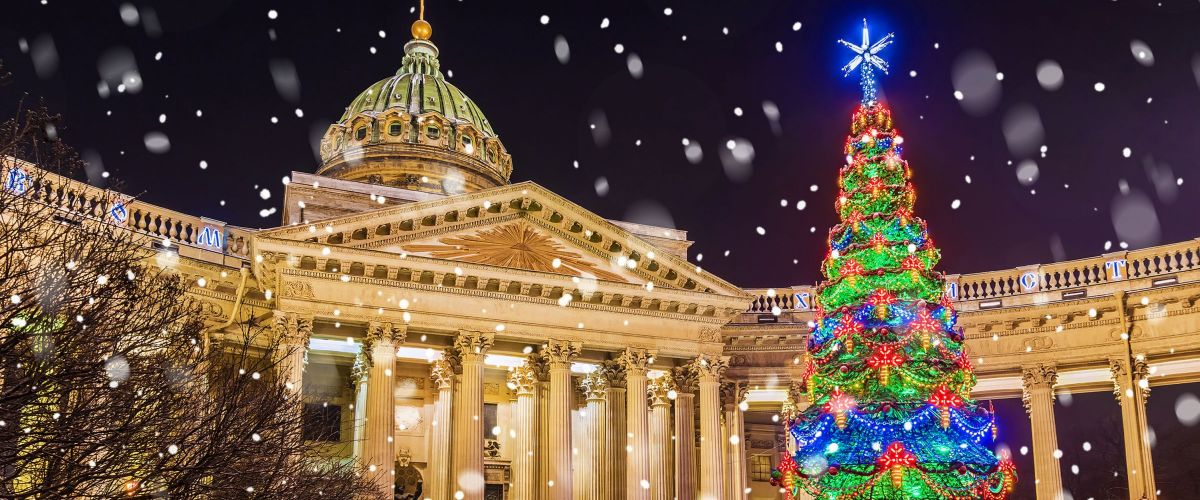 Kazan Cathedral with Christmas spruce – St. Petersburg (c) Eurasia