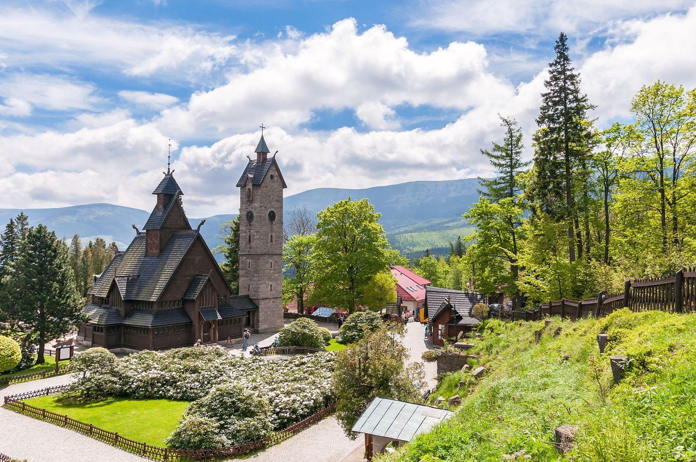 Polen Karpacz Wang Kirche (c)Fotolia mkos83