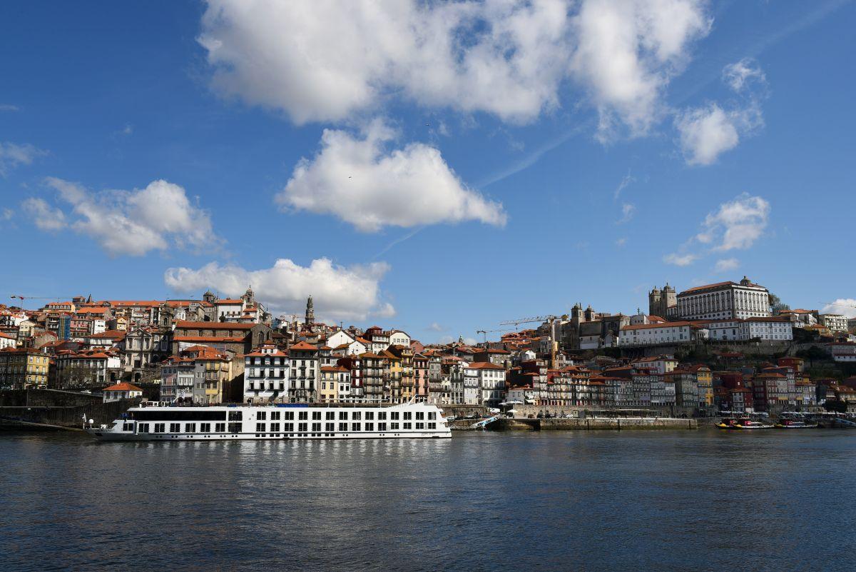 Fluss MS_Douro_Spirit vor Porto 2 (c) Douro_Azul