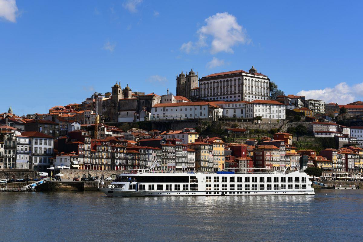 Fluss MS_Douro_Spirit vor Porto (c) Douro_Azul