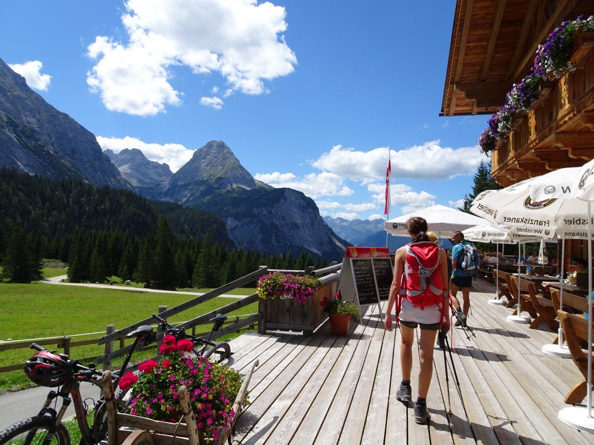 Zugspitze_Hütte_Wanderer