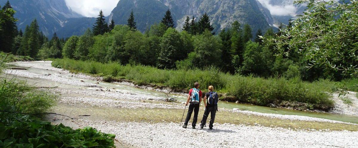eurohike-garmisch-meran-zugspitze-berge-fluss-wanderer-1 © eurohike