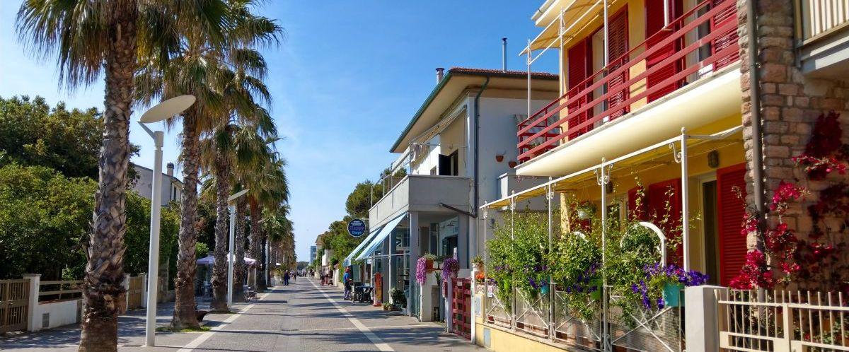 eurohike-wanderreisen-toskana-promenade-palmen(c)eurohike