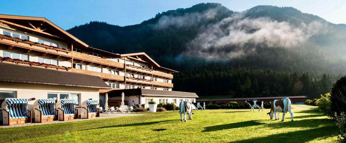 KUHOTEL_by_Rilano_Aussenansicht_Berge-©-Poppe-Erlebnisreisen