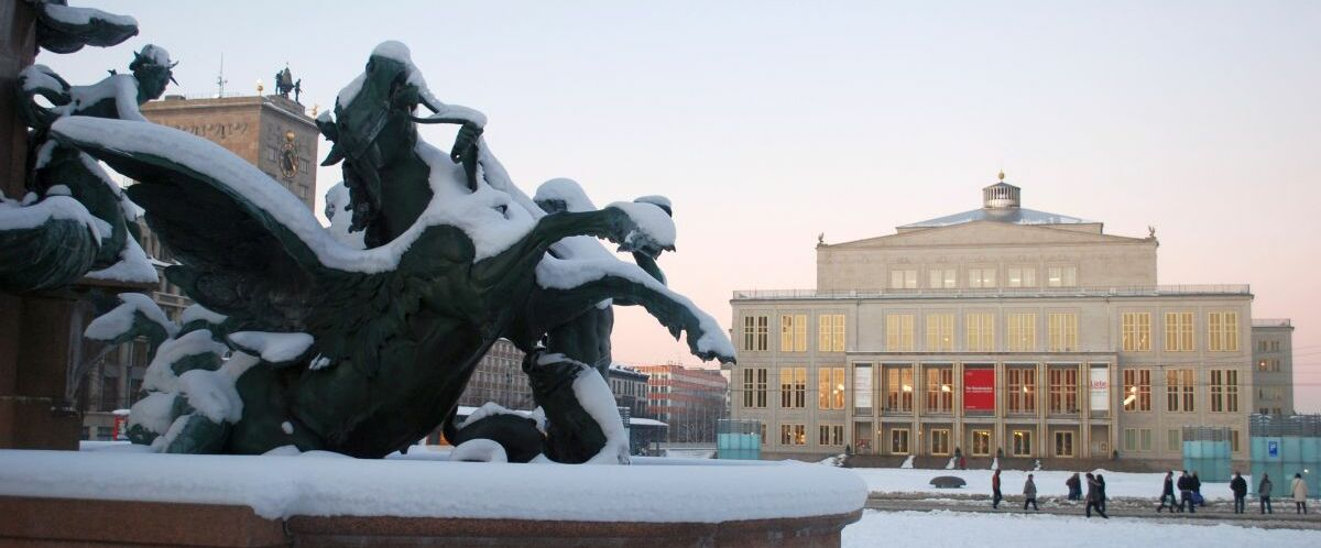 Leipzig-Oper-im-Winter-Mendebrunnen-c-Andreas-Schmidt-LTM.